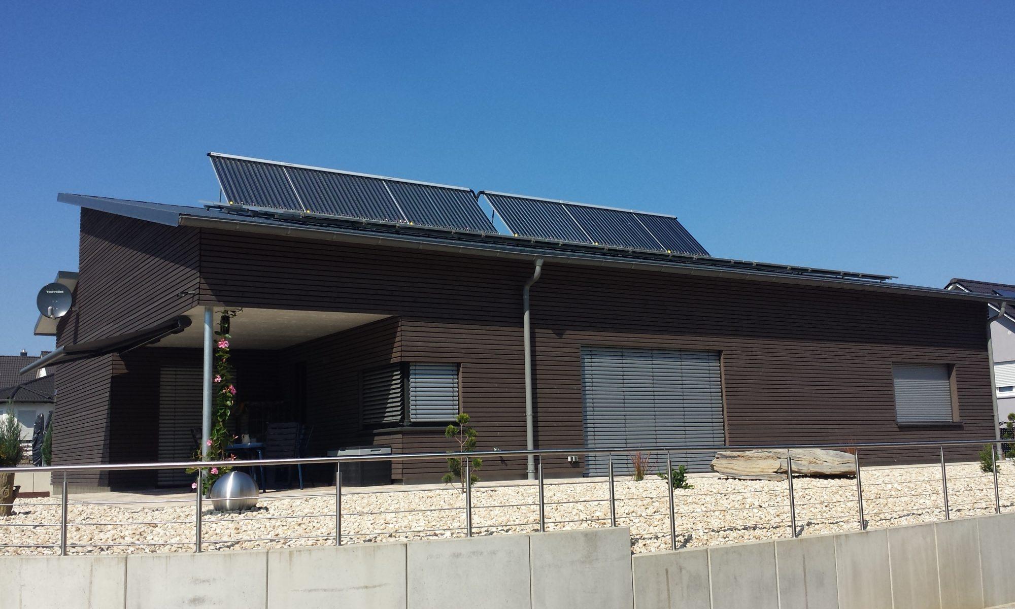 Solarthermieanlage auf einem Pultdach aufgeständert